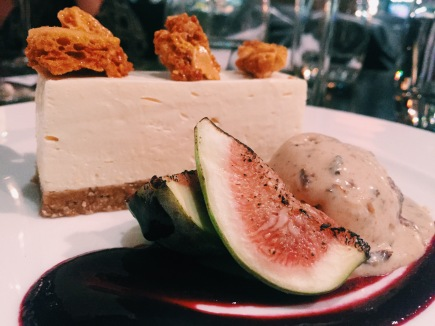 Honeycomb cheesecake with figs